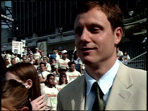 stockvideo's en b-roll-footage met tony goldwyn at the 'tarzan' premiere at the el capitan theatre in hollywood california on june 12 1999 - 1999