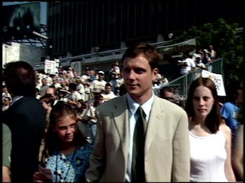 vídeos y material grabado en eventos de stock de tony goldwyn at the 'tarzan' premiere at the el capitan theatre in hollywood california on june 12 1999 - tarzán obra reconocida