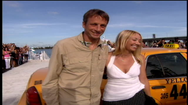 tony hawk and his wife lhotse merriam walking down the red carpet while greeting fans. - sportlerin stock-videos und b-roll-filmmaterial