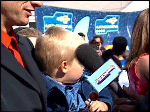 vídeos de stock e filmes b-roll de tony hawk at the 2001 nickelodeon kids' choice awards arrivals at barker hanger in santa monica, california on april 21, 2001. - nickelodeon kids' choice awards