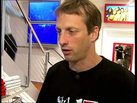 vídeos y material grabado en eventos de stock de tony hawk visits london; itn england: london: int tony hawks interview sot - i never set out to make a career of skating / when i started skating... - pelvis