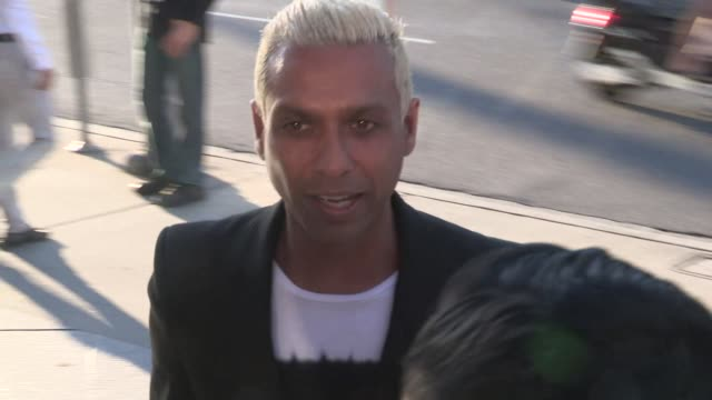 vidéos et rushes de tony kanal greeting fans at the unity premiere at the dga in los angeles in celebrity sightings in los angeles, - tony kanal