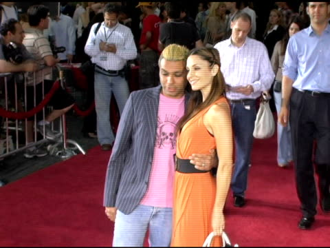 vidéos et rushes de tony kanal of no doubt with erin lokitz at the 'lords of dogtown' world premiere on may 24, 2005. - tony kanal