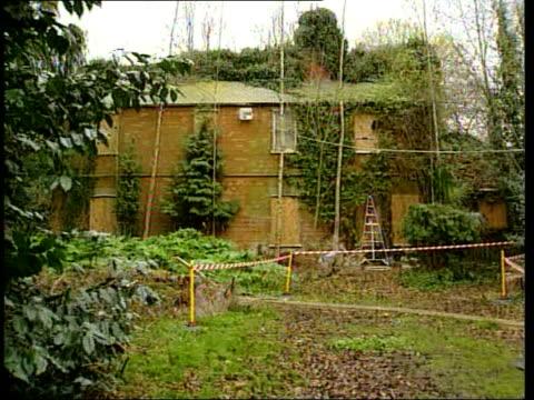 tony martin begins appeal against murder conviction; lib england: norfolk: emneth: gv 'bleak house' farm where shooting took place track past near... - イーストアングリア点の映像素材/bロール