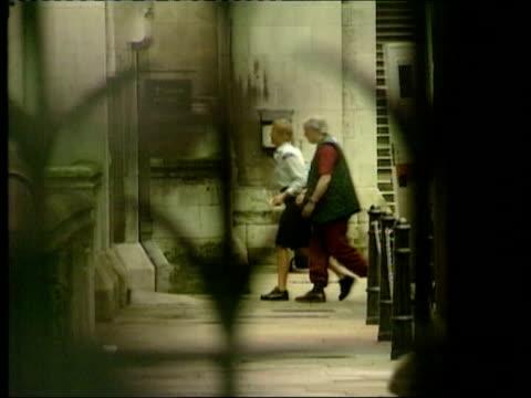 vídeos de stock, filmes e b-roll de burglar given leave to sue lib london tony martin across to appeal court handcuffed to prison officer - algema