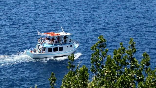 vídeos de stock, filmes e b-roll de muito bonito passeio de barco - passear sem destino