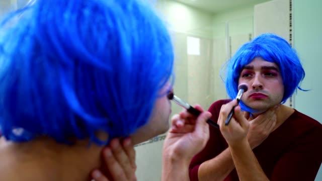 vídeos y material grabado en eventos de stock de persona trans desdentado es la colocación hacer - espejo