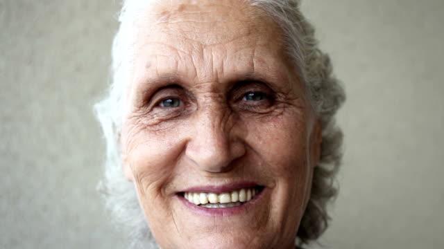 vídeos de stock, filmes e b-roll de cu sorriso de uma mulher sênior. tiro à mão - dente humano