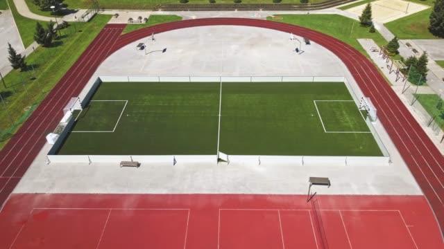 スポーツスタジアムのサッカー場のトップ空中写真 - 球技場点の映像素材/bロール