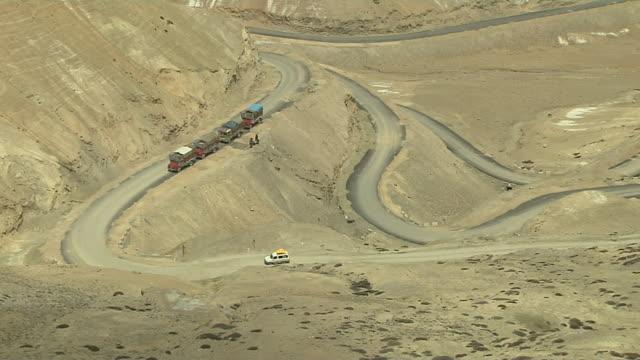 vidéos et rushes de top angle car passing ladakh jammu and kashmir india - véhicule utilitaire léger