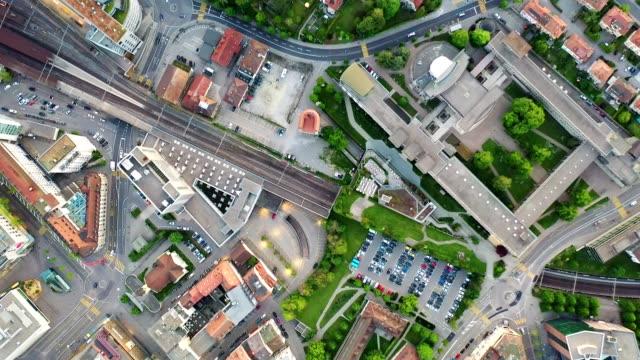 vídeos y material grabado en eventos de stock de top down aerial footage of the fribourg city center in switzerland - zona urbana