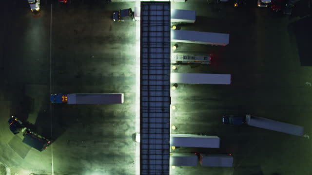 vidéos et rushes de top down aerial shot of tankers and big rigs refueling at truck stop - camion