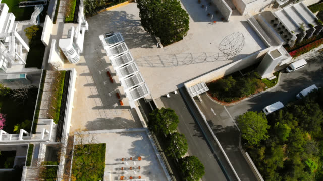 top down aerial view of a vacant museum during the covid-19 stay at home order. - strada vuota video stock e b–roll