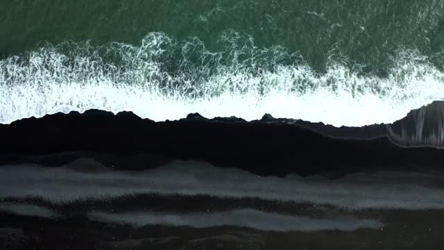 uppifrån och ned-utsikt över black sands beach på island - vik vatten bildbanksvideor och videomaterial från bakom kulisserna