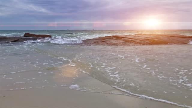 vídeos y material grabado en eventos de stock de arriba abajo vista aérea de la playa y la roca - sección alta