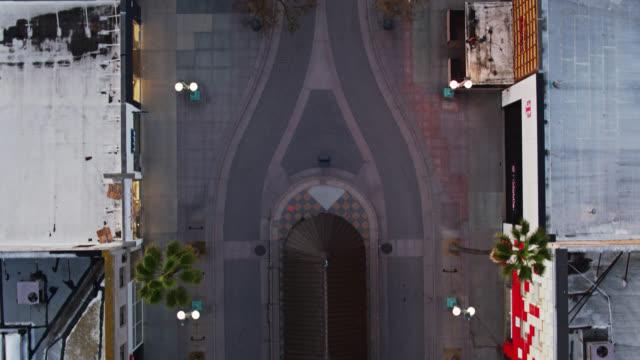 vidéos et rushes de top down drone flight over empty third street promenade, santa monica during covid-19 lockdown - voie urbaine