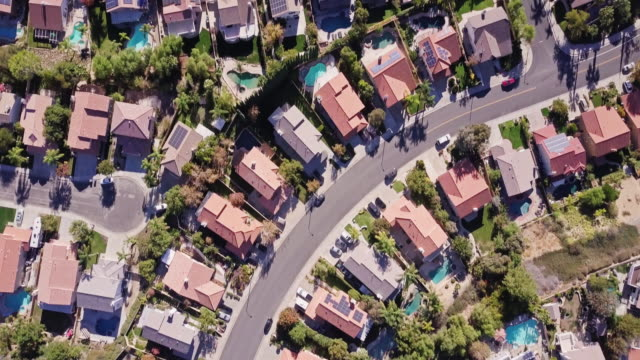 vídeos de stock e filmes b-roll de top down drone shot of california suburbs - distrito residencial