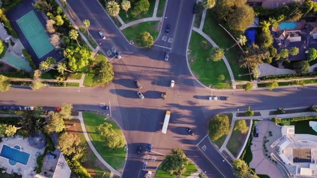 vidéos et rushes de top-down shot de drone d'intersection complexe beverly hills - beverly hills