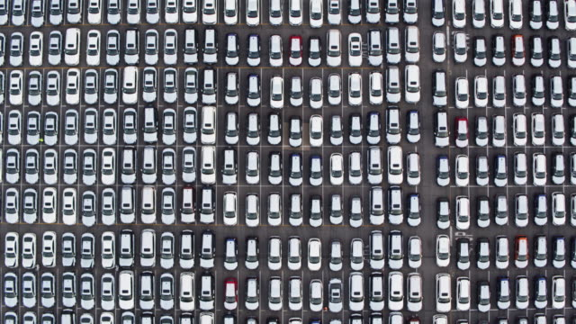 vídeos de stock e filmes b-roll de top down drone shot of grid of new cars - classificados