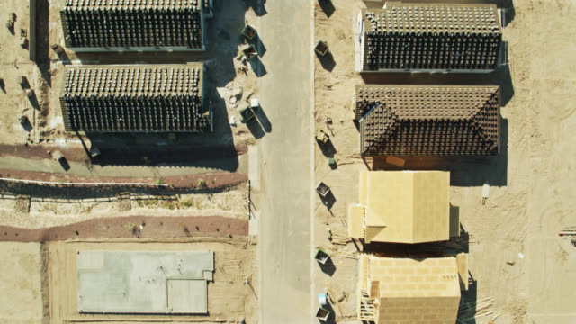 vidéos et rushes de top down drone shot of growing suburban development in arizona - arizona