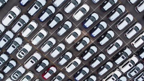 vídeos y material grabado en eventos de stock de de arriba abajo tiro de drone de lote completo de coches nuevos - aparcamiento