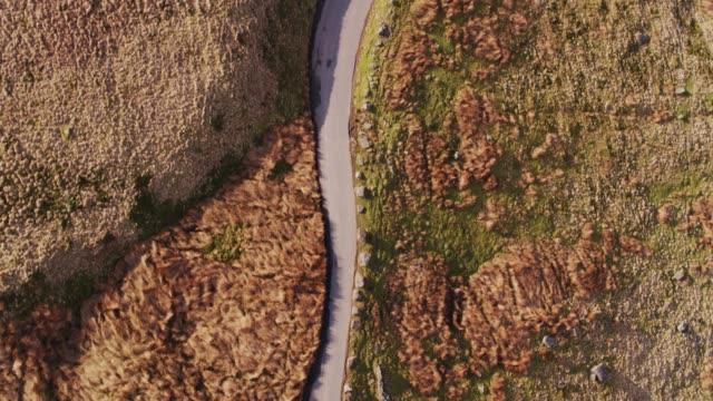上下に狭い田舎道のドローン ショット - ランカシャー点の映像素材/bロール