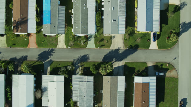 vídeos de stock, filmes e b-roll de top down drone shot of rows of manufactured homes - florida us state