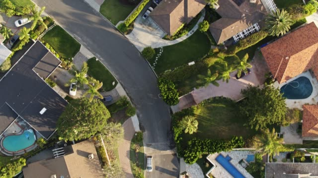 vidéos et rushes de top down shot de maisons clifftop - comté de los angeles