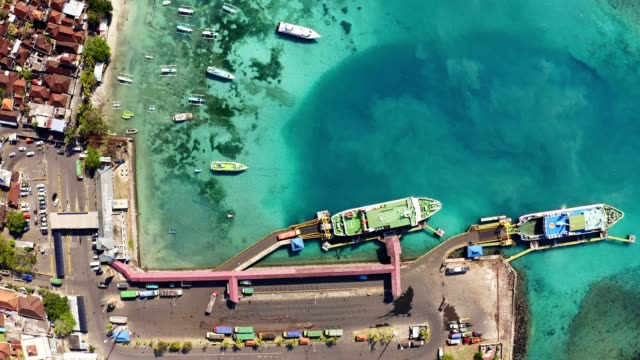 vídeos de stock, filmes e b-roll de top down view of padang bai harbor in bali, indonesia - newly industrialized country