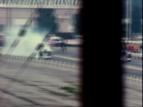 vídeos y material grabado en eventos de stock de top fuel dragster drag racing at 1972 winternationals in pomona / two plymouth barracuda funny cars drag racing, drag parachutes deploying at end of... - recostarse