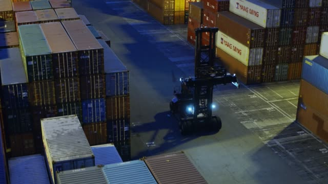 top handler unter shipping container stapeln - drohne schuss - dockarbeiter stock-videos und b-roll-filmmaterial