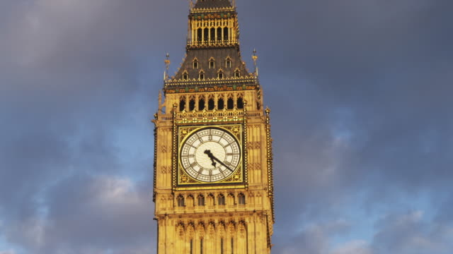 stockvideo's en b-roll-footage met ms top of big ben against cloudy sky, london, united kingdom - klokkentoren met wijzerplaat