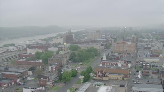 vidéos et rushes de ws aerial pov top of brick buildings of city / unspecified - rivière ohio