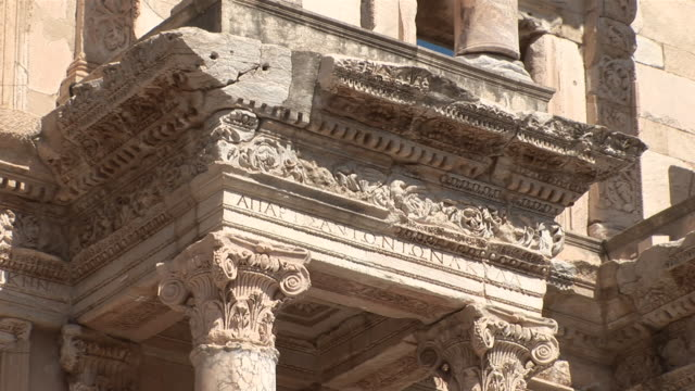 """vídeos y material grabado en eventos de stock de cu top of column greek theatre ruins / ephesus, selcuk, celsus library, ã""""gais province, turkey - escritura occidental"""
