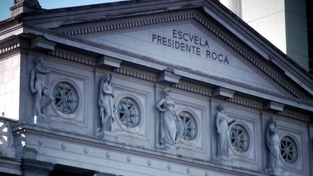 top of escuela presidente roca neoclassical school building w/ statues, sculptures. - papier stock videos & royalty-free footage