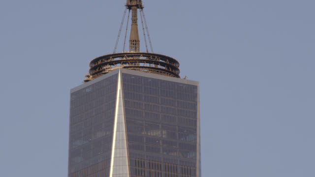 stockvideo's en b-roll-footage met cu of top of freedom tower - one world trade center