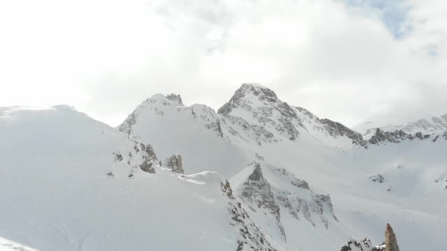 stockvideo's en b-roll-footage met top of mountain ski lift french alps - bergrug