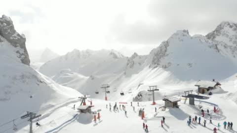 vídeos de stock, filmes e b-roll de top of mountain ski lift french alps - teleférico veículo terrestre comercial