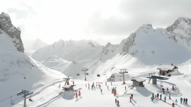 stockvideo's en b-roll-footage met top of mountain ski lift french alps - skiën