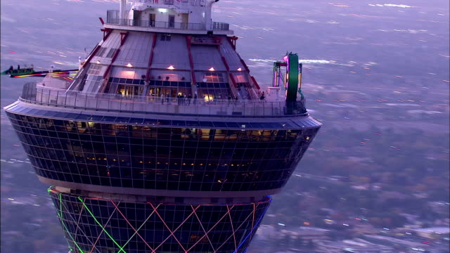 top of stratosphere, observation tower & thrill rides, circling tower into silhouette, facing south & moving west to include fountainebleau... - atmosfär råmaterial bildbanksvideor och videomaterial från bakom kulisserna