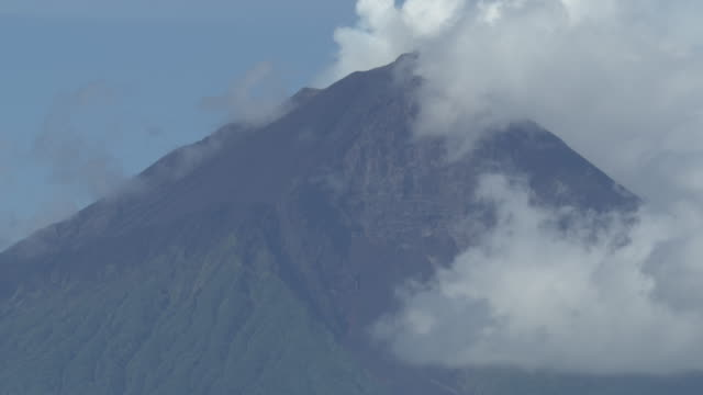 top of volcanic island, clouds, path of pyroclastic flow visible, manam, papua new guinea, april 2009 - pyroklastischer strom stock-videos und b-roll-filmmaterial