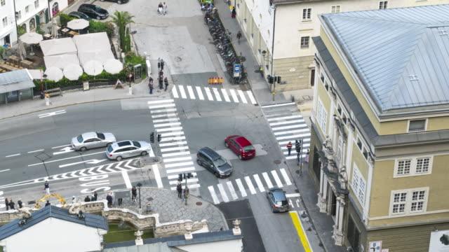 夏のザルツブルクのマルストールシュウェム周辺の交通と歩行者に関するトップtlビュー - 歩行者専用地域点の映像素材/bロール