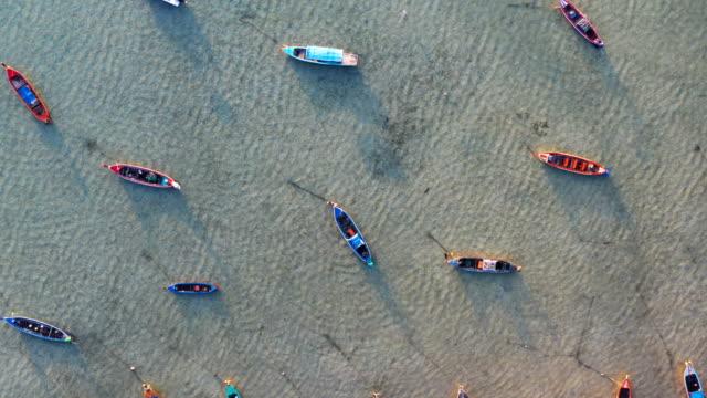 vista superior a pequeños barcos de pesca en la playa de Rawail