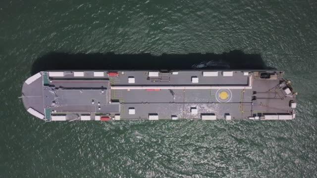 トップビュー 海のコンテナ船の空中ショット - nautical vessel点の映像素材/bロール