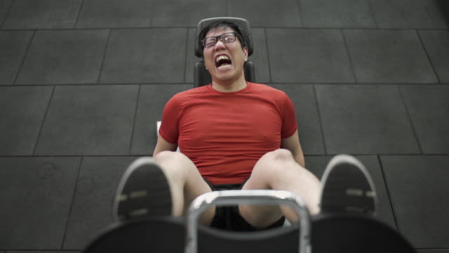 vídeos de stock e filmes b-roll de top view - asian large build man exercising his leg with extremely painful face - gordo