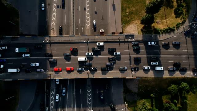 ブリッジ上のトップビュー車のトラフィック - キエフ市点の映像素材/bロール