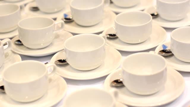 Haut :  tasse de café dans le hall de conférence