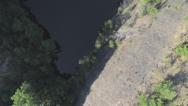 Ansicht von oben, direkt über dem Luftbild zum See am unteren Rand der verlassenen Tagebau-Mine in Pennsylvania