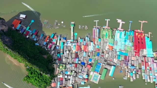 top blick auf schwimmendes dorf ko panyi in der bucht phang-nga - auf dem wasser treiben stock-videos und b-roll-filmmaterial