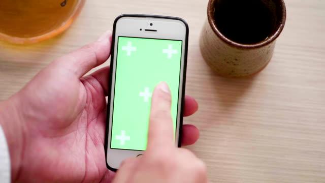 Haut de la page vue vert écran Smartphone et goutte de café